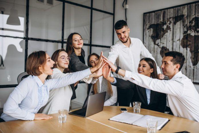 Gruppe von Menschen, die einen Geschäftsplan in einem Büro ausarbeiten 1 icrowdhouse 696x464